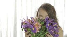 La muchacha hermosa goza del ramo concedido de flores almacen de video
