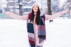 La muchacha hermosa goza en a podría día de invierno Imagenes de archivo