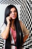 La muchacha hermosa habla en el teléfono móvil Imagen de archivo
