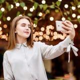 La muchacha hermosa hace el selfie en la alameda de compras Imágenes de archivo libres de regalías