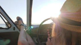 La muchacha hermosa hace la foto del selfie en móvil en coche del vintage en el mar del fondo, hembra feliz en coche hace selfi e almacen de metraje de vídeo