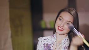 La muchacha hermosa hace un maquillaje almacen de video