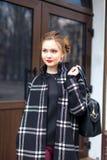La muchacha hermosa joven con el bolso de moda se está colocando Fotografía de archivo libre de regalías