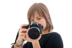 La muchacha hermosa joven con la cámara aislada Fotos de archivo