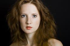 La muchacha hermosa joven con las pecas Fotografía de archivo