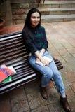La muchacha hermosa joven conduce viajes a través de las calles de Barcelona Fotografía de archivo libre de regalías