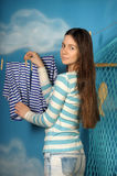 La muchacha hermosa joven cuelga la ropa Fotografía de archivo