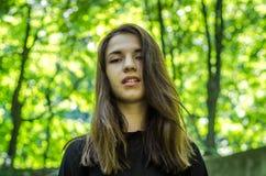 La muchacha hermosa joven del adolescente con el pelo dlinnÑ-MI StrÑ-yskom camina en el parque en Lviv Fotos de archivo libres de regalías