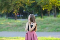 La muchacha hermosa joven muestra dicha del placer del placer de las emociones Fotos de archivo libres de regalías
