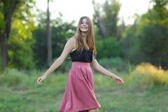 La muchacha hermosa joven muestra dicha del placer del placer de las emociones Fotografía de archivo