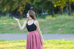 La muchacha hermosa joven muestra dicha del placer del placer de las emociones Fotos de archivo