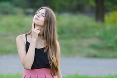 La muchacha hermosa joven muestra dicha del placer del placer de las emociones Imagen de archivo