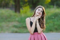 La muchacha hermosa joven muestra dicha del placer del placer de las emociones Fotografía de archivo libre de regalías