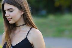 La muchacha hermosa joven muestra dicha del placer del placer de las emociones Imagen de archivo libre de regalías