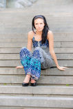 La muchacha hermosa joven se sienta en pasos de progresión Foto de archivo