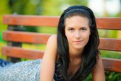 La muchacha hermosa miente en parque Fotos de archivo