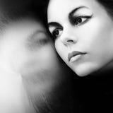 La muchacha hermosa mira en sí mismo Fotos de archivo libres de regalías
