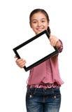 La muchacha muestra una tablilla de Digitaces de la pantalla Imágenes de archivo libres de regalías