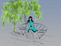 La muchacha hermosa pendiente se sienta en un banco debajo de un abedul con un mobi foto de archivo libre de regalías