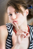 La muchacha hermosa pide silencio Foto de archivo