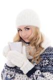 La muchacha hermosa preciosa en invierno viste con la taza de té aislada Fotos de archivo