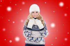 La muchacha hermosa preciosa joven en invierno viste sobre backgroun rojo Foto de archivo libre de regalías
