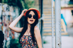 La muchacha hermosa presenta para la cámara en la ciudad Imagen de archivo libre de regalías