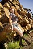 La muchacha hermosa que la mujer brown-haired cuesta en Fotos de archivo libres de regalías