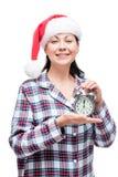 La muchacha hermosa resuelve Año Nuevo en pijamas con un despertador Fotografía de archivo