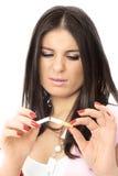 La muchacha hermosa rompe un cigarrillo Fotos de archivo