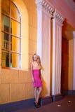 La muchacha hermosa se coloca cerca de una entrada Imagenes de archivo