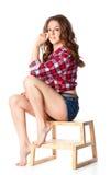 La muchacha hermosa se está sentando en la escala Fotos de archivo