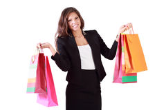 La muchacha hermosa se sostiene en ambos bolsos de manos con las compras Imagen de archivo