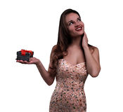 La muchacha hermosa sostiene una caja de regalo Fotos de archivo