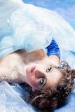 La muchacha hermosa tiene gusto blanco como la nieve Imagen de archivo