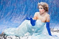 La muchacha hermosa tiene gusto blanco como la nieve Imágenes de archivo libres de regalías
