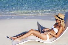La muchacha hermosa tiene vacaciones estacionales del invierno en la playa en país exótico fotografía de archivo