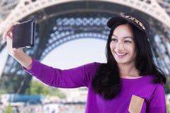 La muchacha hermosa toma el selfie en la torre Eiffel Imágenes de archivo libres de regalías