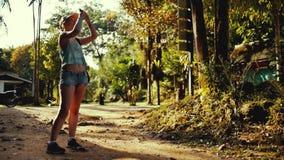 La muchacha hermosa toma imágenes de la naturaleza almacen de video