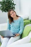 La muchacha hermosa trabaja en el ordenador Imagen de archivo libre de regalías
