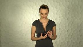 La muchacha hermosa utiliza el smartphone Presiona la pantalla almacen de metraje de vídeo