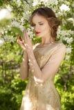 La muchacha hermosa y las flores blancas de Apple-tre floreciente Imagen de archivo