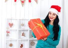 La muchacha hispánica alegre que se sentaba en la Navidad adornó el interior Imágenes de archivo libres de regalías