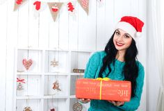 La muchacha hispánica feliz que se sentaba en la Navidad adornó el dre interior Imagen de archivo