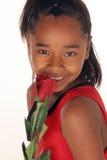 La muchacha huele su rojo se levantó foto de archivo libre de regalías