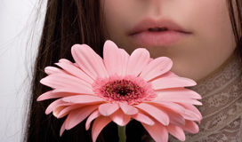 La muchacha huele una flor Fotos de archivo libres de regalías