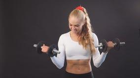 La muchacha impresionante es buena en el levantamiento de pesas y el levantamiento de pesas metrajes