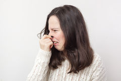 La muchacha intenta no respirar debido al olor terrible imágenes de archivo libres de regalías