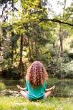 La muchacha irreconocible practica yoga en el bosque de la mañana Fotografía de archivo libre de regalías