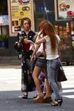 La muchacha japonesa en vestido tradicional y las muchachas en la moda se visten fotos de archivo